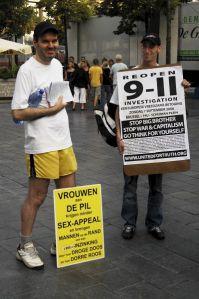 Mark Peeters in zijn prediker-outfit, naast een andere 9/11-complotdenker.