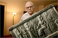 Zecharia Sitchin's geliefde Sumerische tabletten hebben ervoor gezorgd dat hij nooit bekend zou worden als wetenschapper, maar wel als pseudogeschiedkundige die gelooft dat we van aliens afstammen.
